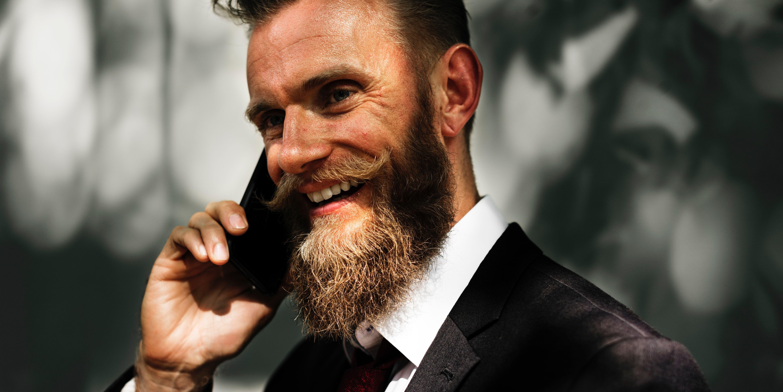 Eiendomsmegler snakker i telefonen
