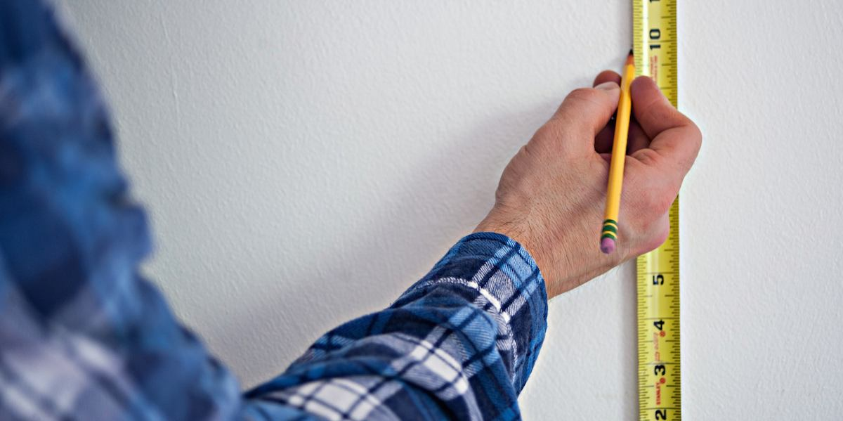 Takstmann gjør målinger på en bolig