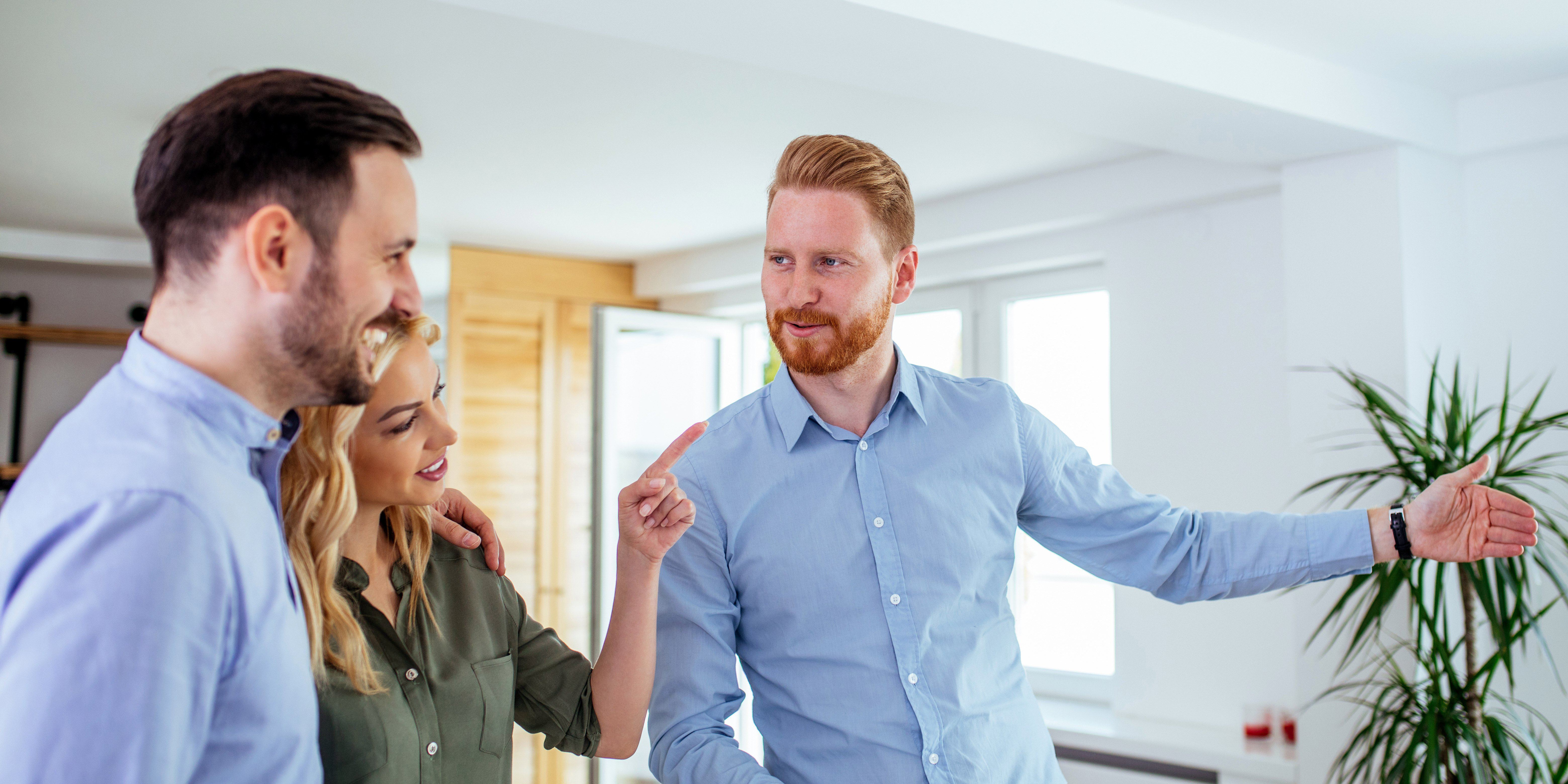 En mann som selger bolig selv har visning for et ungt par