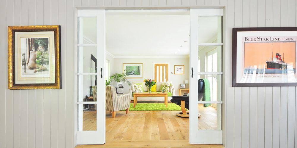 Stue i en norsk bolig, ryddig og klar til visning
