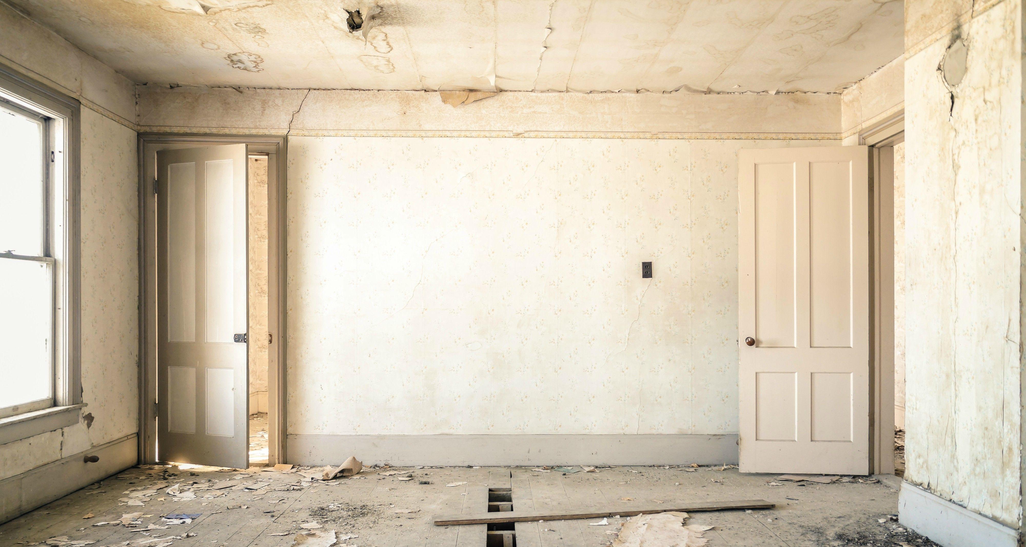 Gammelt hus som trenger restaurering.