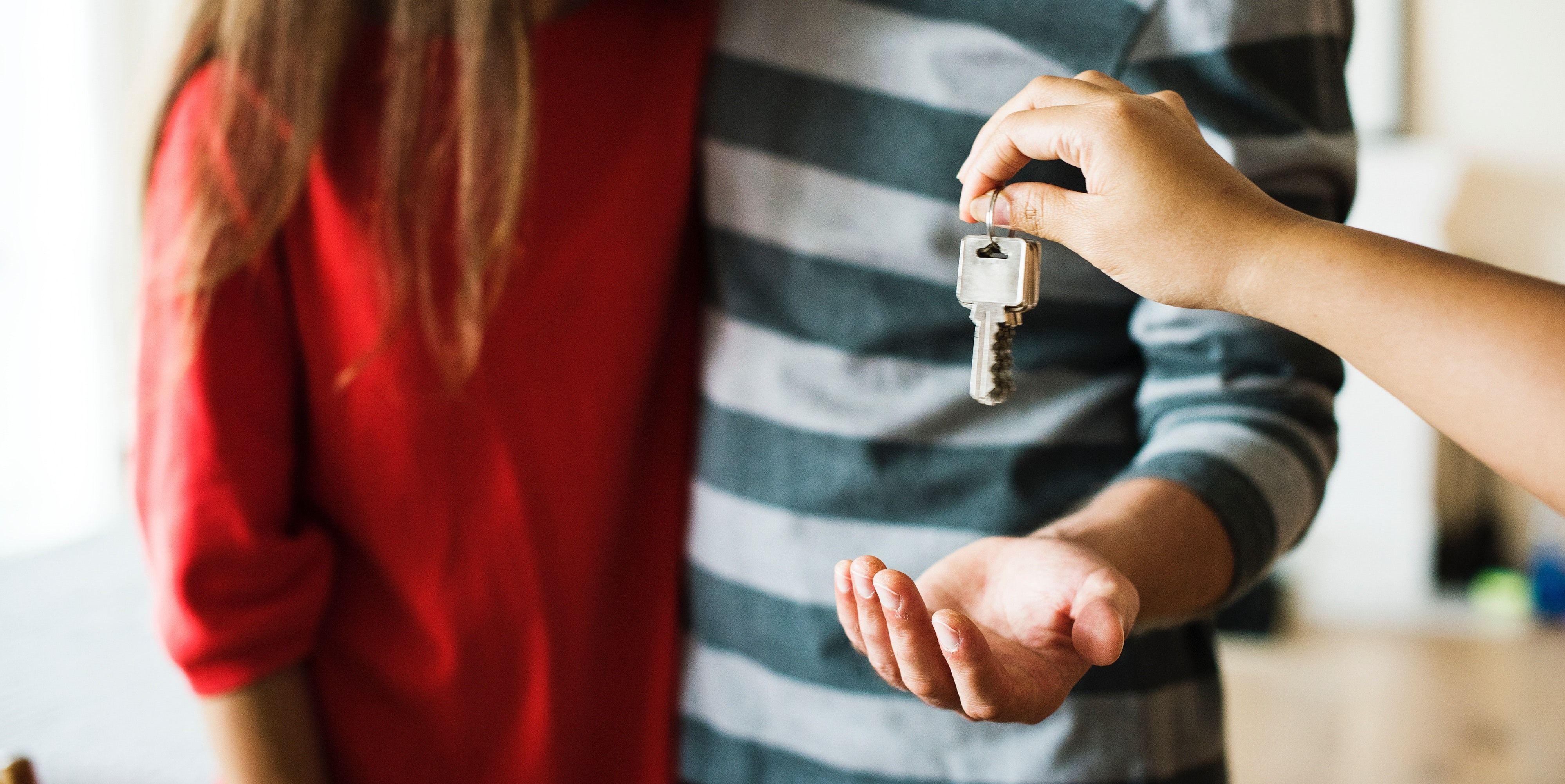 Nye boligeiere mottar husnøklene.