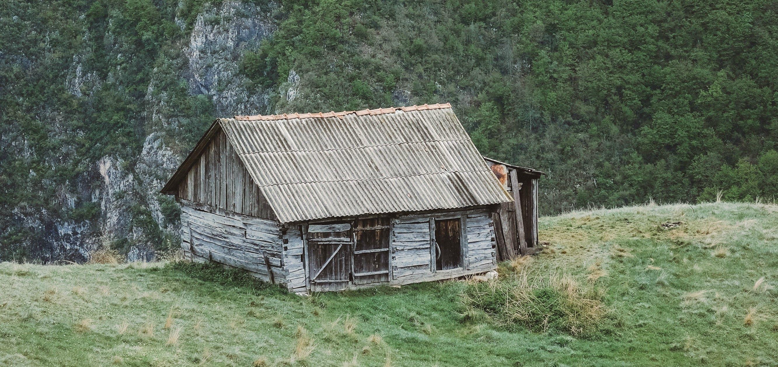 Gammel og falleferdig bygning
