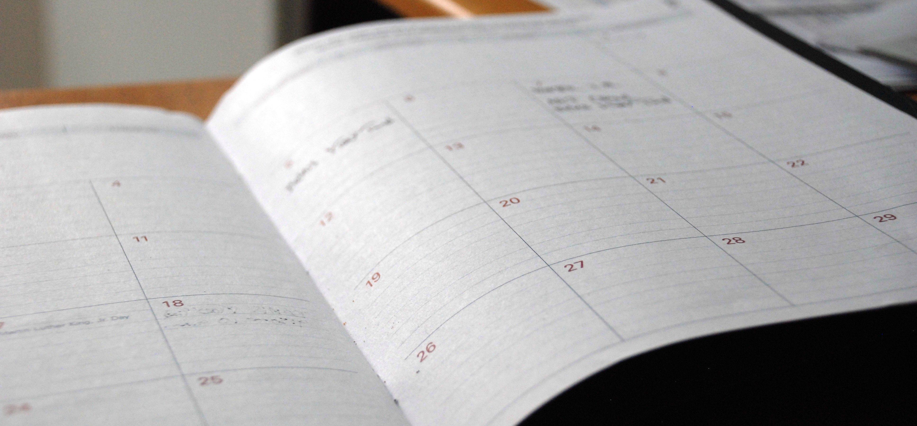 En planlegger med en kalenderside åpen