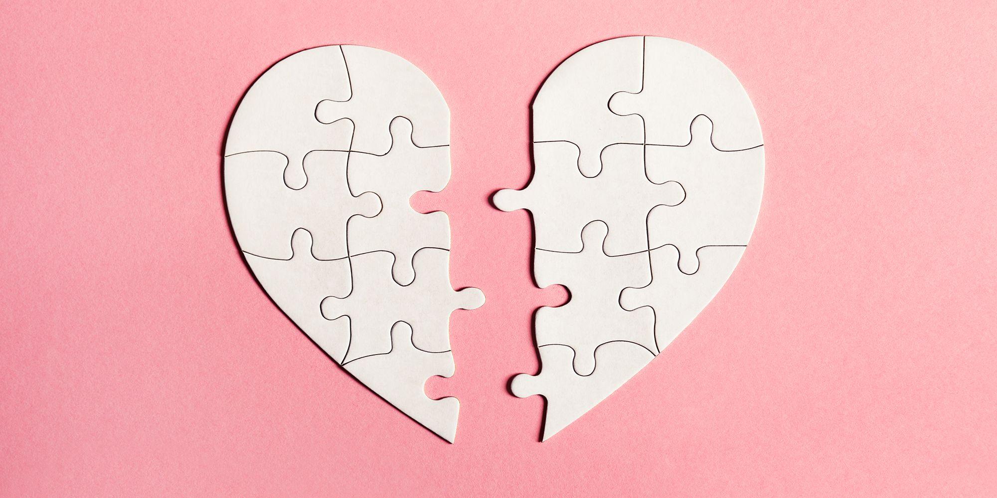 Et knust hjerte laget av puslespillbiter.