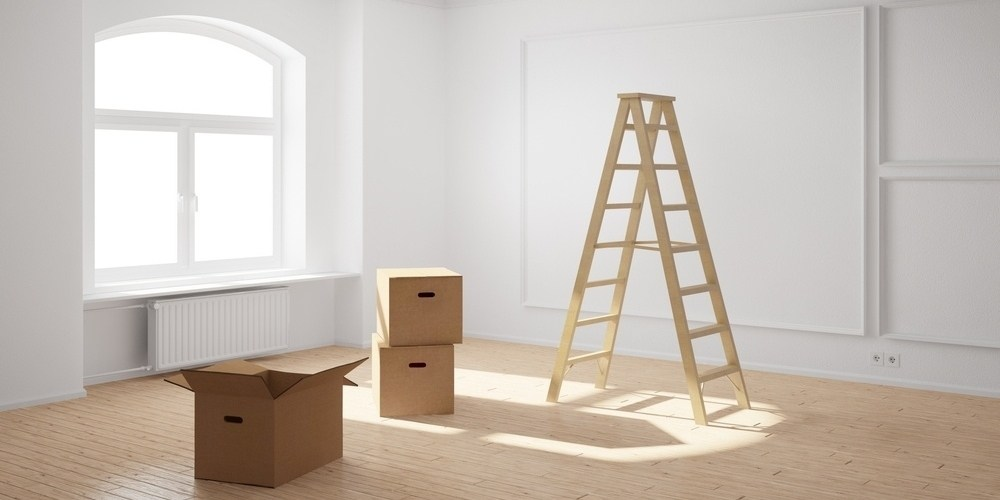 stige og pappesker i tom leilighet