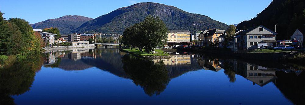 Krystallklart vann, fjell og eiendommer i Førde