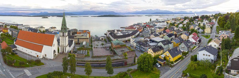 Molde havn med bebyggelse og fjell i bakgrunnen