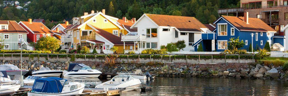 Oversiktsbilde med kysten og hus i Namsos