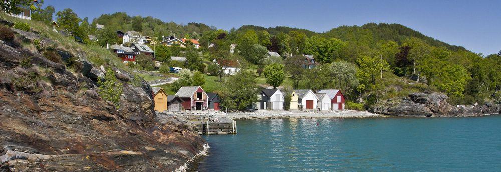 Os i Hordaland med hav og båthus