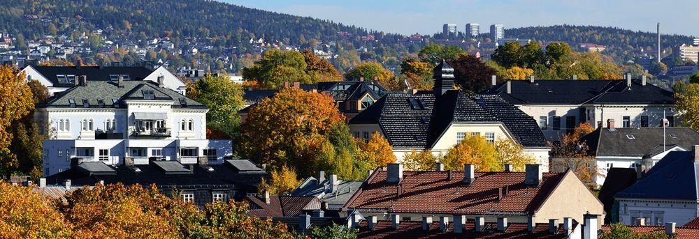 Vakker arkitektur og parken i høstfarger i Bydel St Hanshaugen