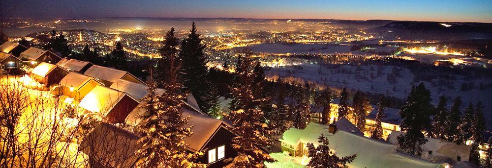 Holmenkollåsen med utsikt over Oslo by i Bydel Vestre Aker