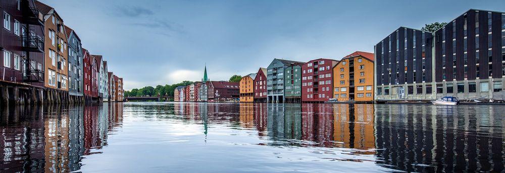 Trondheim sett fra Nidelva. I byen finnes mange eiendomsmeglere.