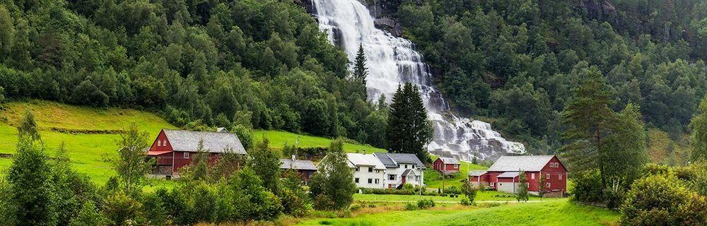 Voss med fjell og eiendommer ved vannet