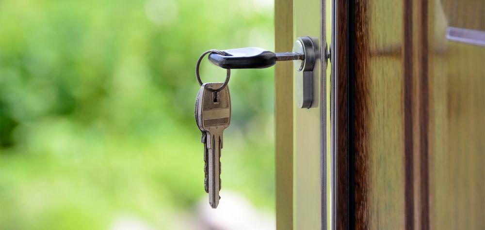 Illustrasjonsbilde på eiendomsmeglerfirma: Nøkkel i dør