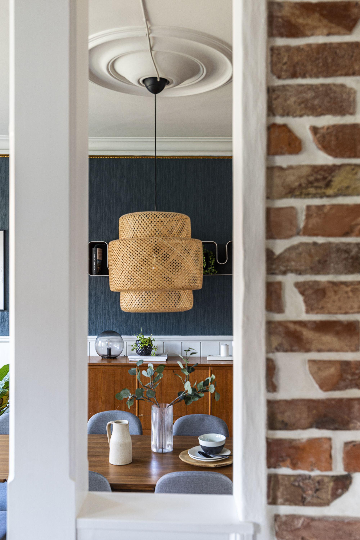 Bilde av detalj i spisestuen til Øverbye, tatt gjennom et hull i veggen som fanger en lampe midt i bildet