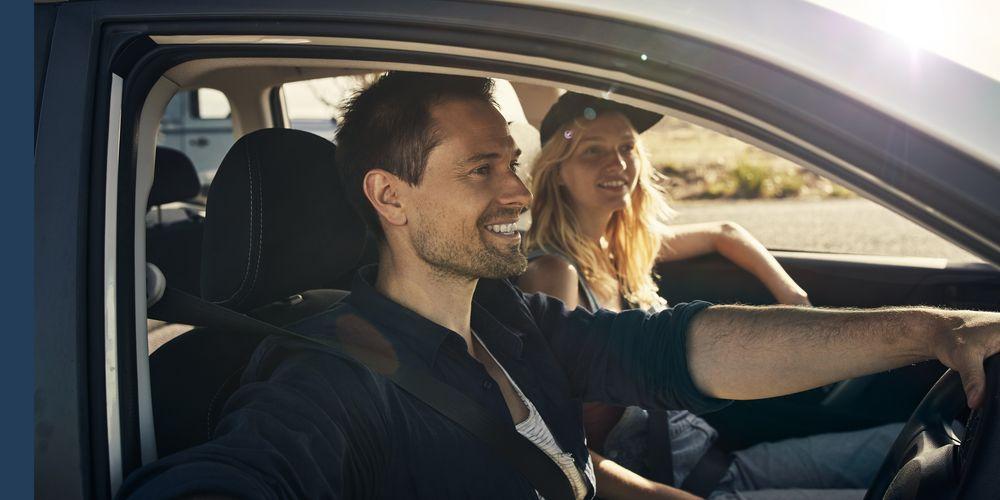 En man och en kvinna på bilsemester.