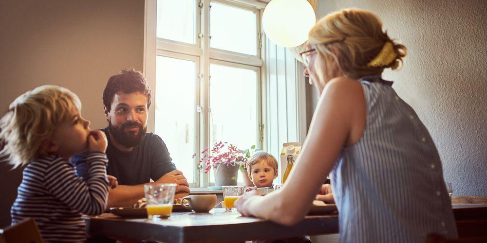 En familj med hemlarm äter frukost i säkerhet och trygghet.