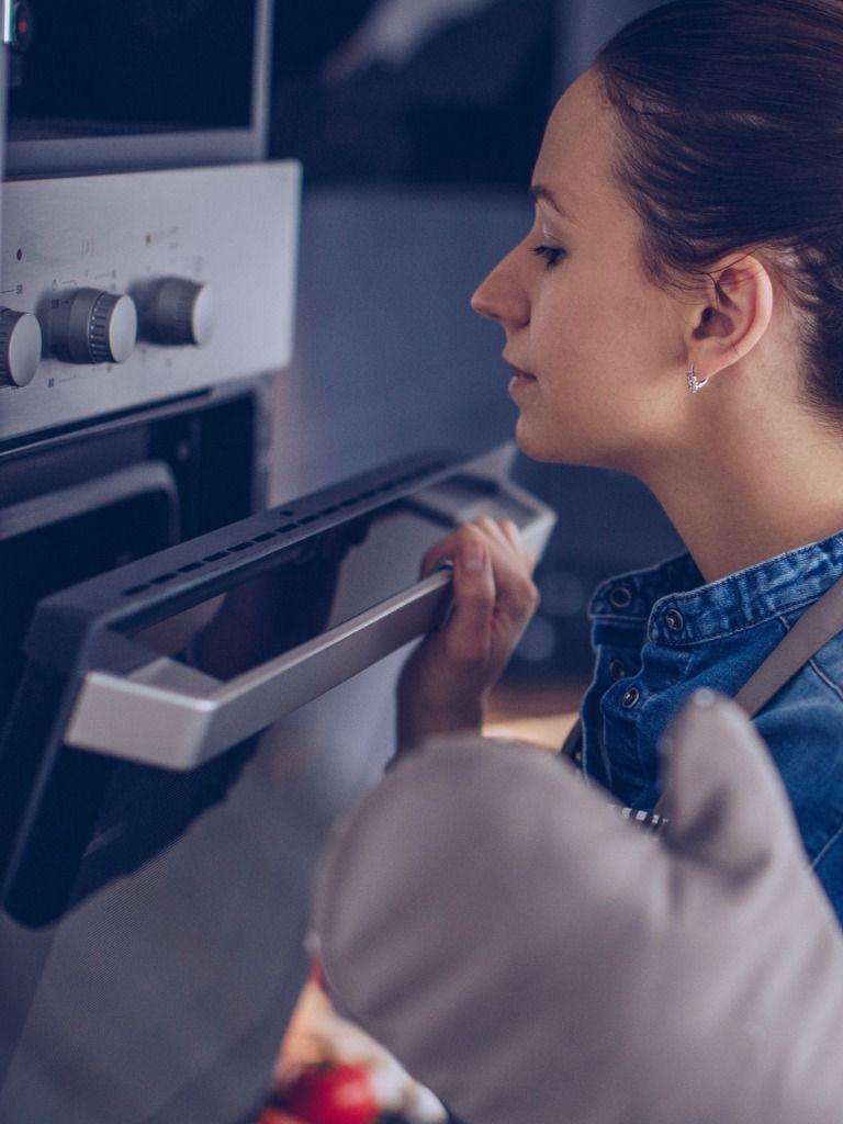 Puedes ahorrar electricidad si no abres la puerta del horno.