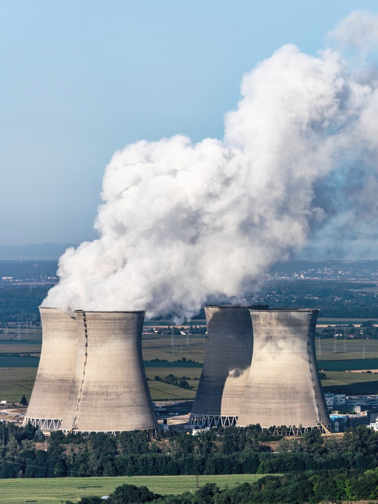 Torres de refrigeración en una planta nuclear