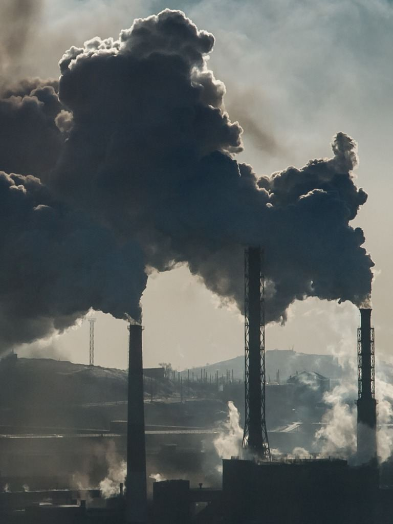 Central termoeléctrica echa gases contaminantes a la atmósfera