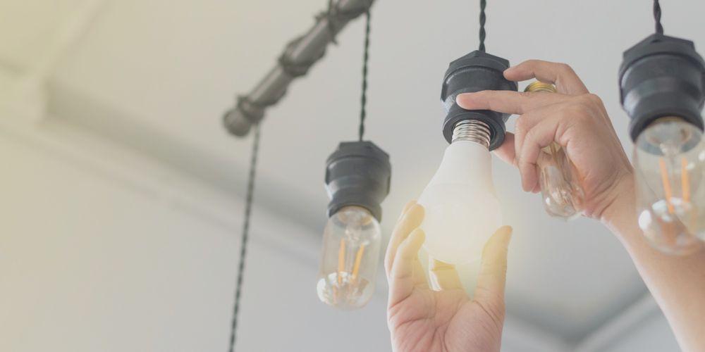 Persona cambia las bombillas para ahorrar en la factura de la luz