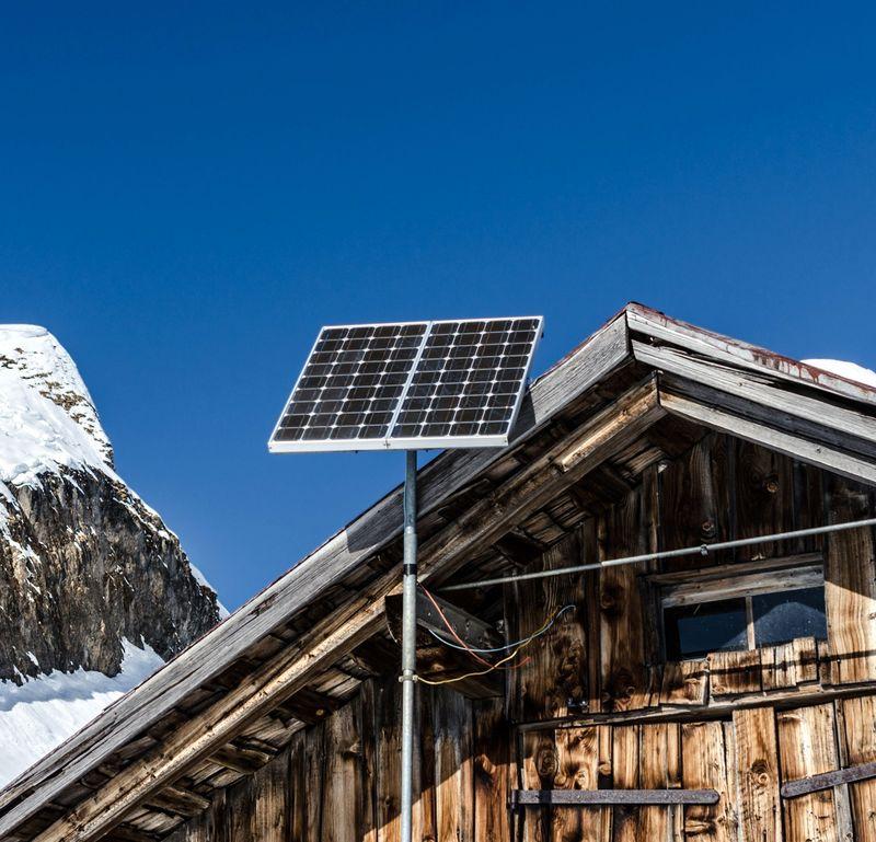 Bilde av en hytte med solcellepanel