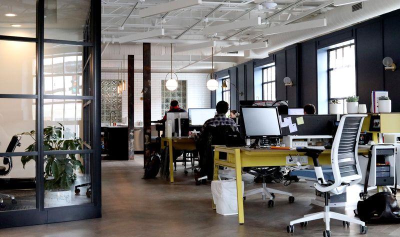 Bilde av et åpent kontorlandskap