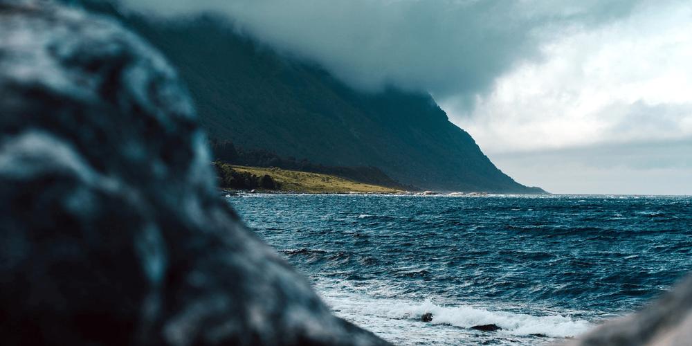 Bilde av små bølger på vei inn mot en strand