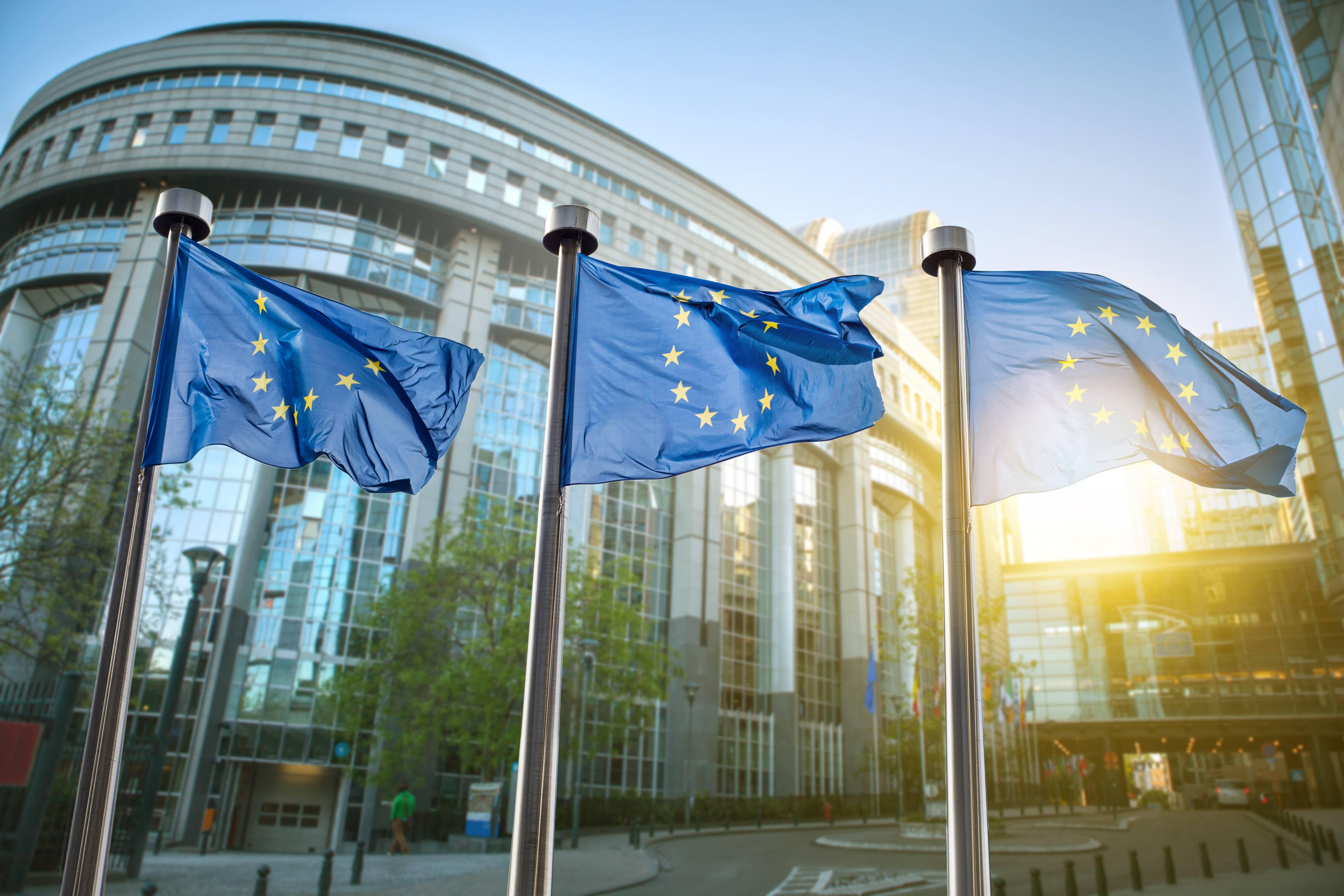 Bilde av EU-flagg på rekke