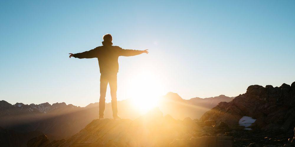 Solkraft – en voksende industri, illustrert med en mann som står på toppen av et fjell og ser på soloppgangen