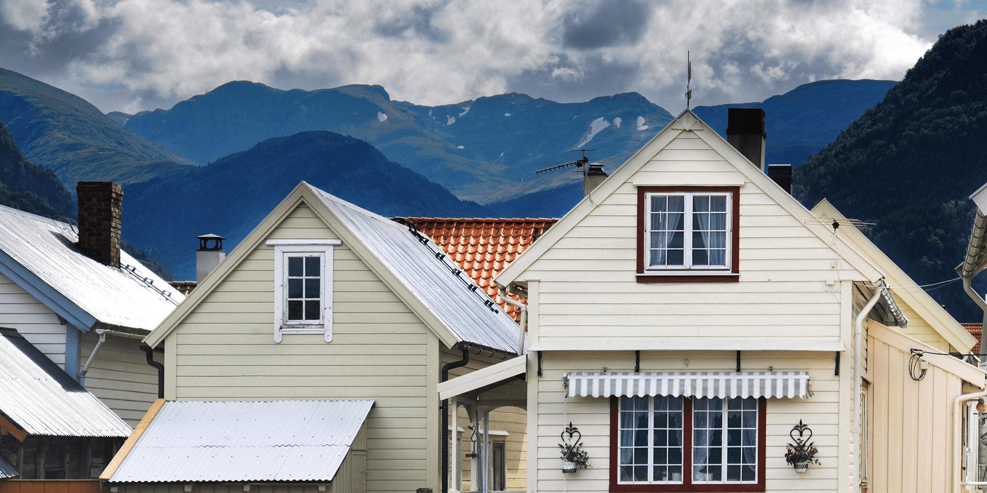 Illustrasjonsbilde: Bilde av norske trehus med fjell i bakgrunnen
