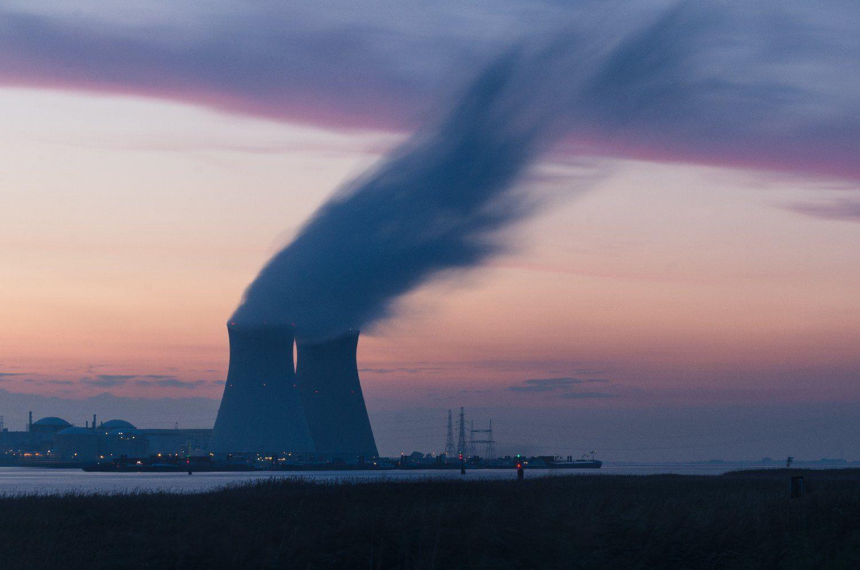 Bilde av et kjernekraftverk og vanndampen som slippes ut.