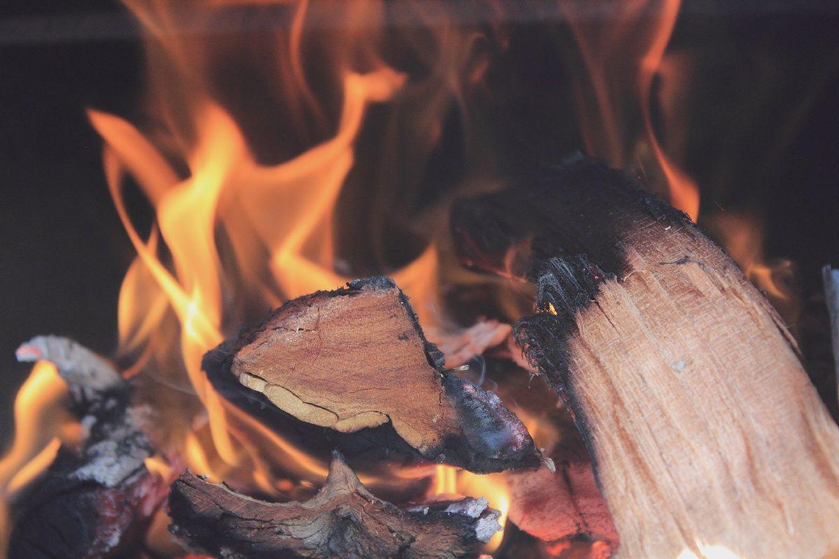 bilde av brennende vedkubber
