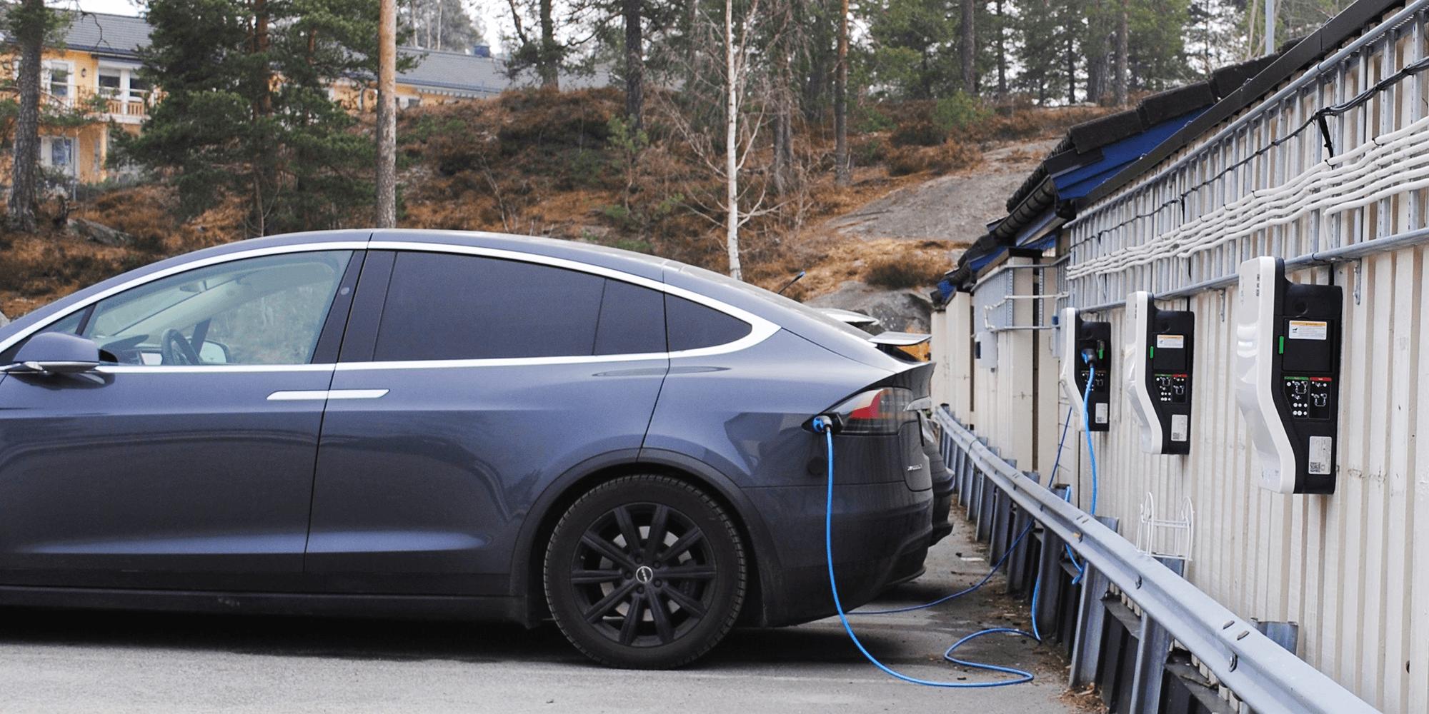 Bilde av en elbil som lader