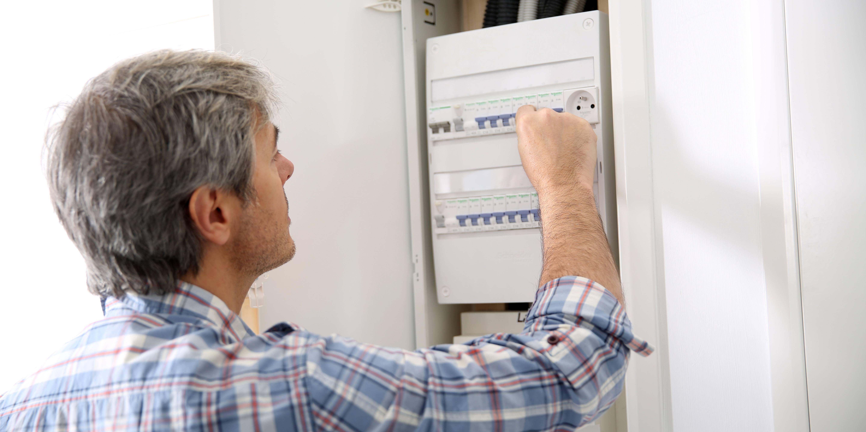 Elektroingeniør ser i et sikringsskap