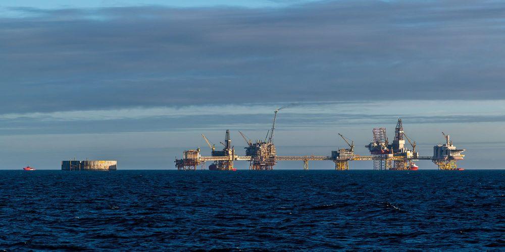 Fossilt brensel illustrert med bilde av oljeplattform i Nordsjøen