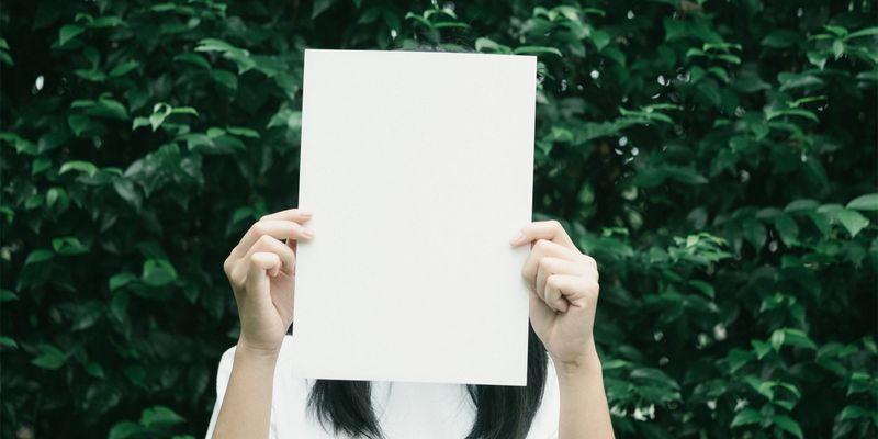 Bilde av en person som holder et hvitt ark foran ansiktet for å illustrere gjennomfakturering