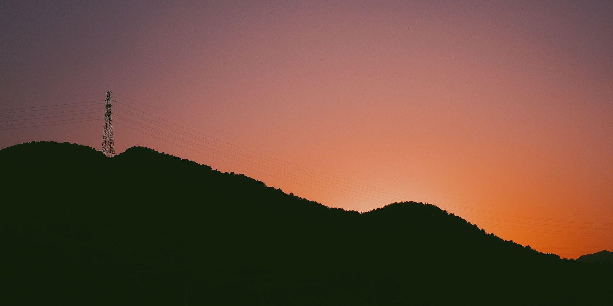 Illustrasjonsbilde: Bilde av en strømmast i solnedgang