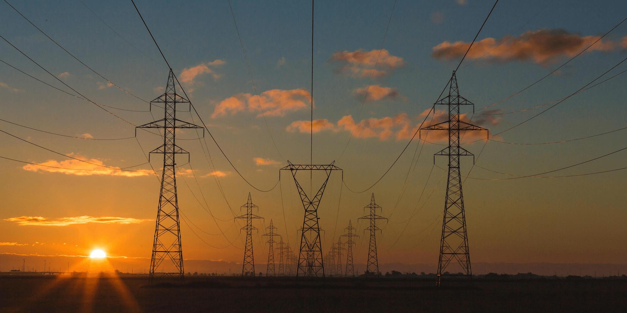 Bilde av strømmaster i solnedgang