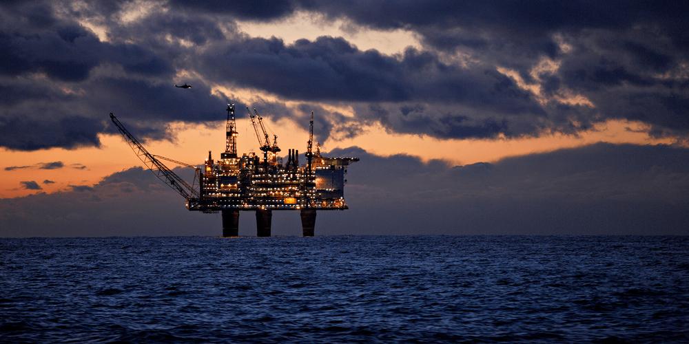 Olje og gass, illustrert med et bilde av en oljeplattform tilknyttet Oseberg-feltet i Nordsjøen