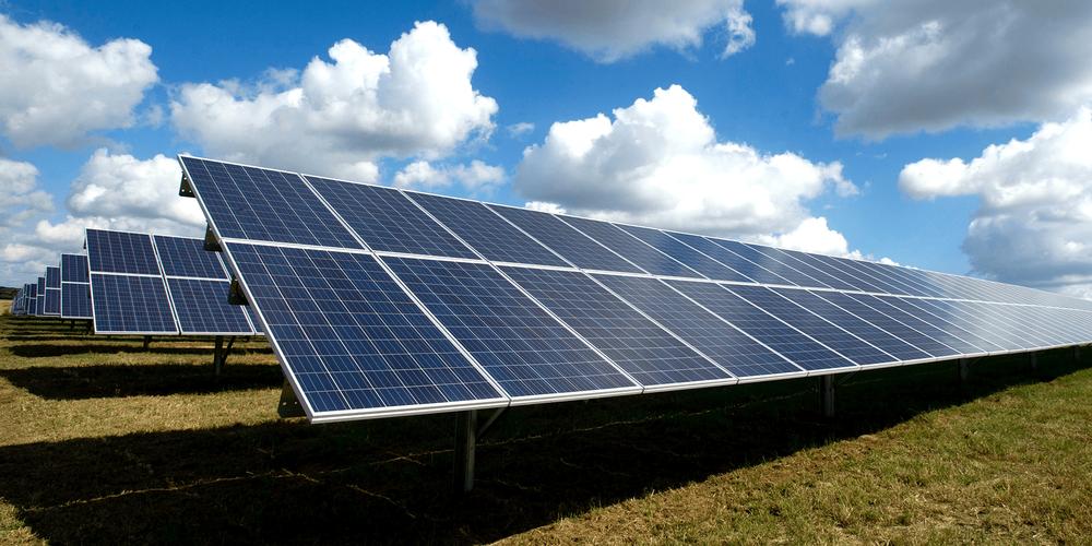 Bilde av solcellepanel i sollys