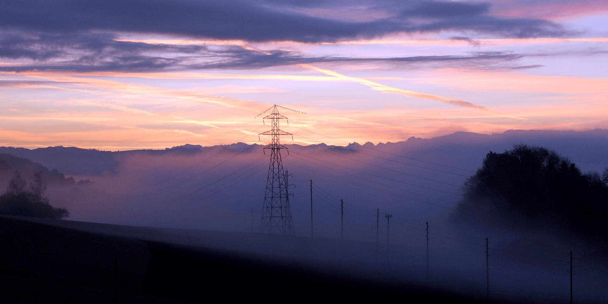 Illustrasjonsbilde: Bilde av strømmaster i et tåkete landskap