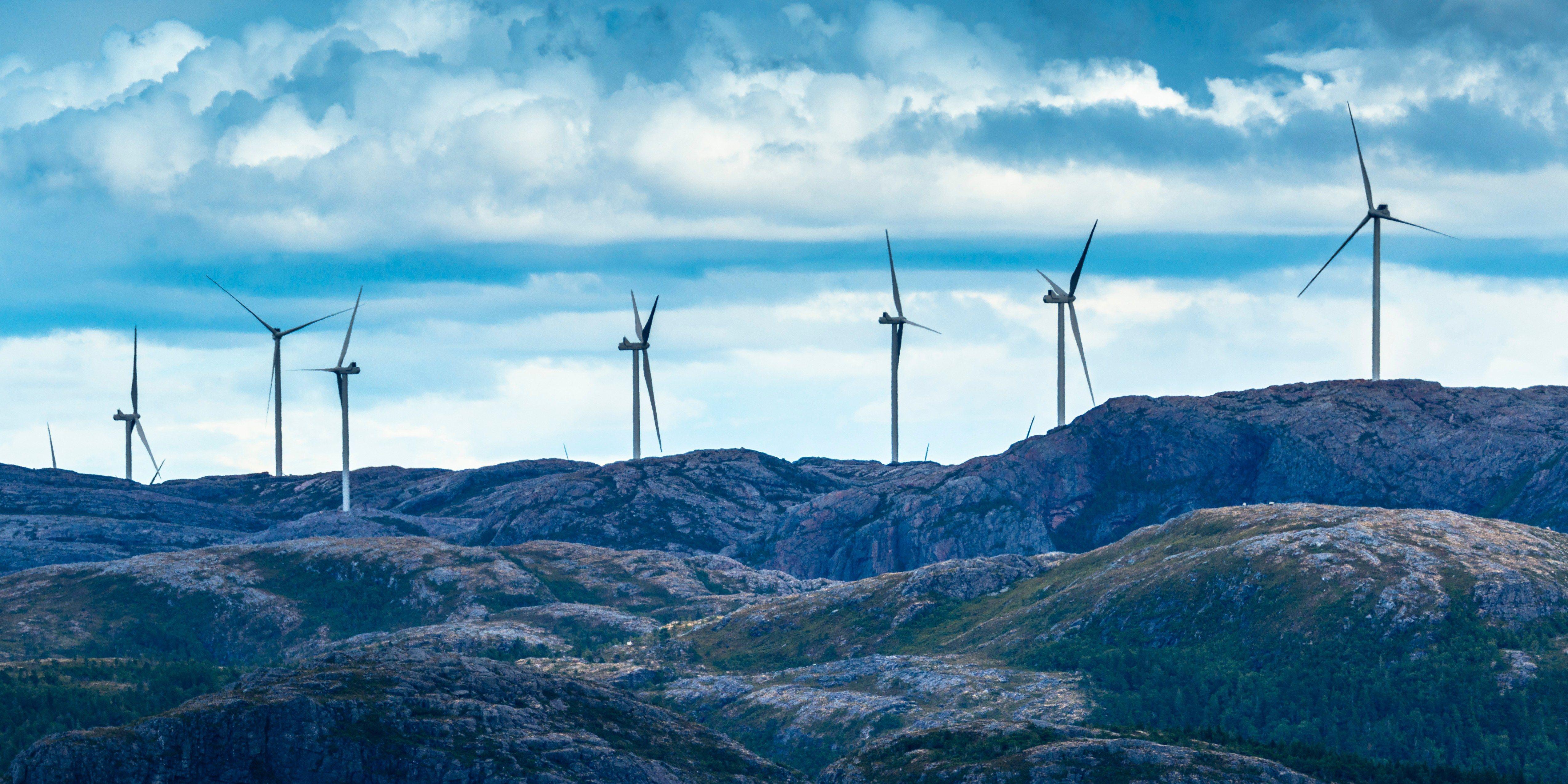 Bilde av vindmøller i et fjellandsskap