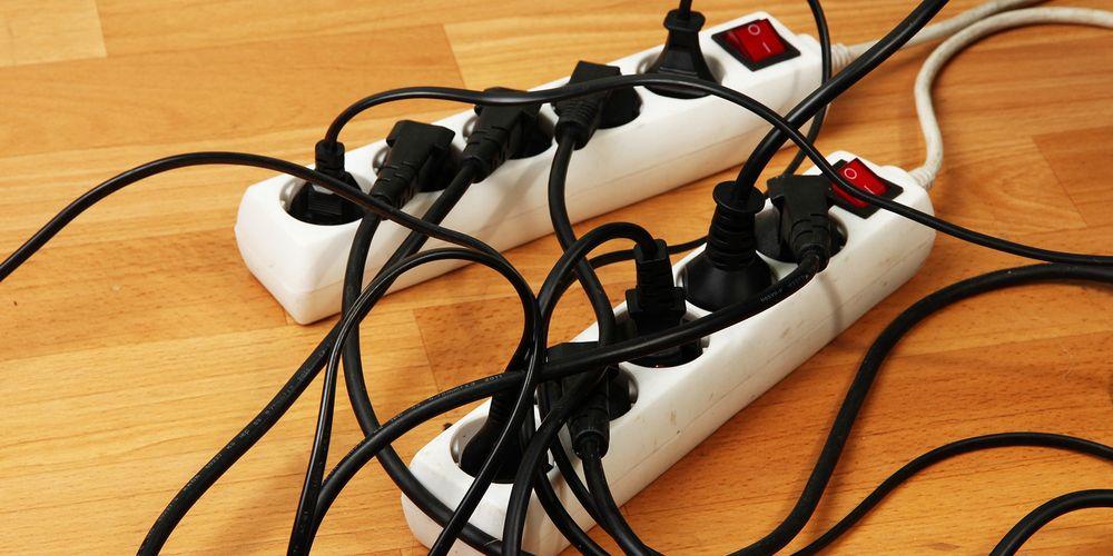 Bilde av en skjøteledning med ledninger koblet til i alle kontaktene