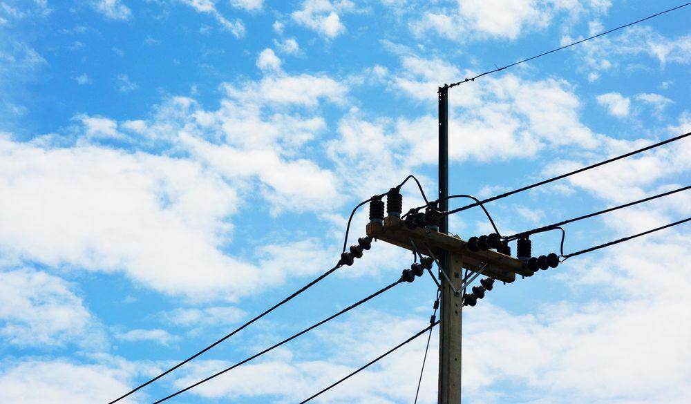 Bilde av en strømmast med himmelen i bakgrunnen