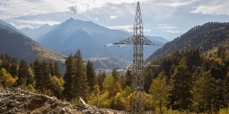 Bilde av en strømmast i et fjellandskap