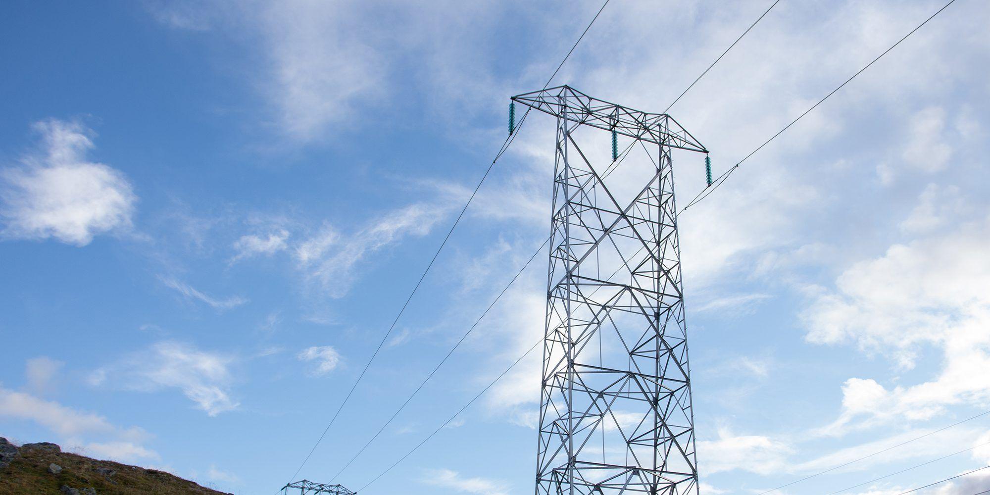 Illustrasjonsbilde: Bilde av en strømmast med en blå himmel i bakgrunnen