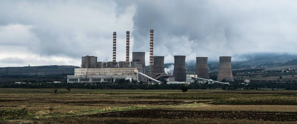 Kjernekraftverk med store skyer av vanndamp som slippes ut